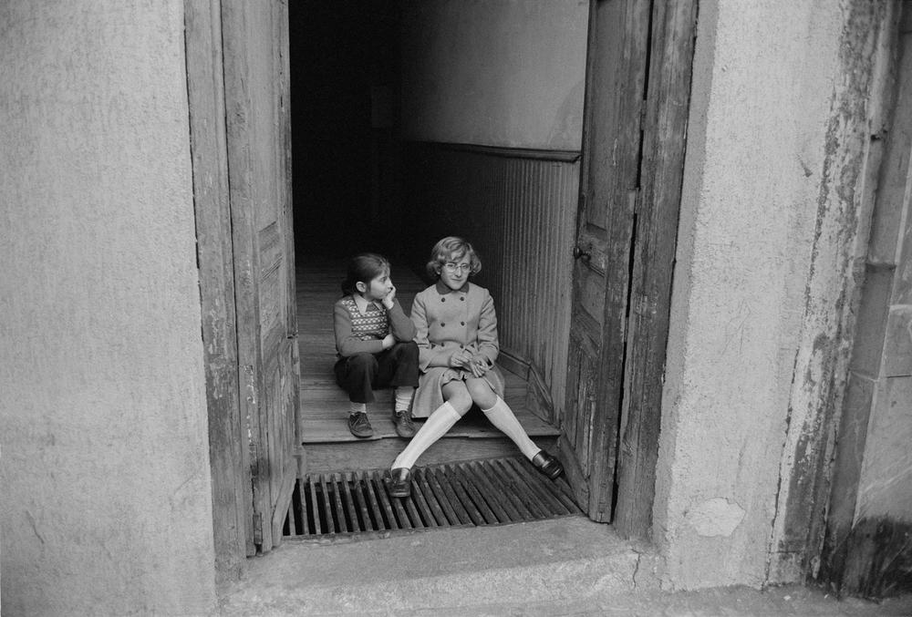 Espana 1973 Girls in Doorway.jpg