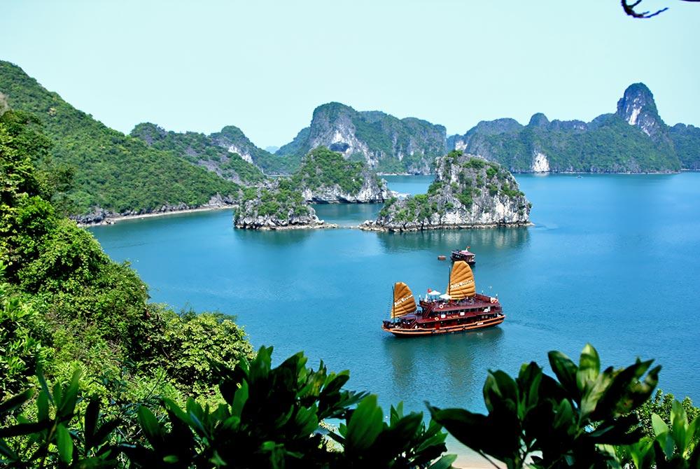 Asia_Cruise_Junk_in_Halong_bay.jpg