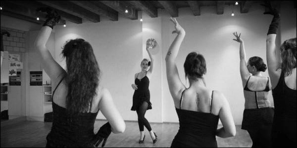 """Burlesque Workshop - Seit Mai 2011 unterrichtet Zoe Scarlett """"The Art of Tease"""" und führt interessierte Damen in die Kunst des nostalgischen Striptease ein. In einem 2 x 60 Minuten Workshop erfährt man nicht nur woher Burlesque stammt, dessen Entwicklung in die heutige Zeit, die wichtigsten Burlesque-Schritte sondern auch was eine Burlesque-Tänzerin aus-macht und wie sie sich bewegt.Für die Frau von nebenan oder erfahrene Tänzerinnen werden in diesen exklusiven Workshops"""