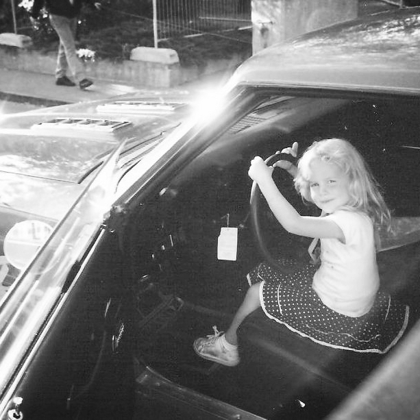 Bio - Zoe Scarlett ist in Basel (CH) geboren und wurde tatsächlich auf diesen Namen getauft. Von Kindesbeinen an besuchte sie mit Ihrer Familie Flohmärkte, & Oldtimertreffen. Mit ihrem älteren Bruder wuchs sie inmitten von Antiquitäten, amerikanischen Fahrzeugen und der Musik von Elvis Presley auf, was bei ihr die Faszination für die Kultur und den Lebensstil der 50er - Jahre weckte. 2006 machte Zoe Scarlett ihre ersten Erfahrungen vor der Kamera und fand sich innert Kürze auf internationalen Cover wieder.