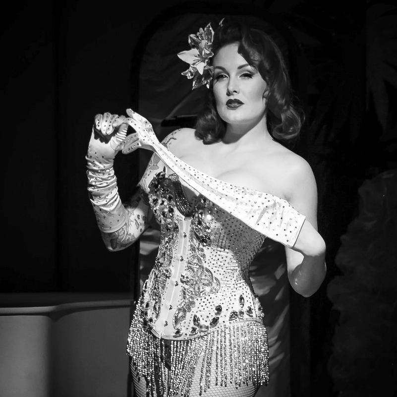 Burlesque - Verführungskunst auf höchstem Niveau, fliessende Bewegungen und prickelnde Momente: Als Showgirl & Burlesque Künstlerin fasziniert Zoe Scarlett ihr Publikum auf der ganzen Welt. In den verschiedensten Rollen weiss sie zu überraschen und in ihren Bann zu ziehen. Dabei erfindet sie sich immer wieder