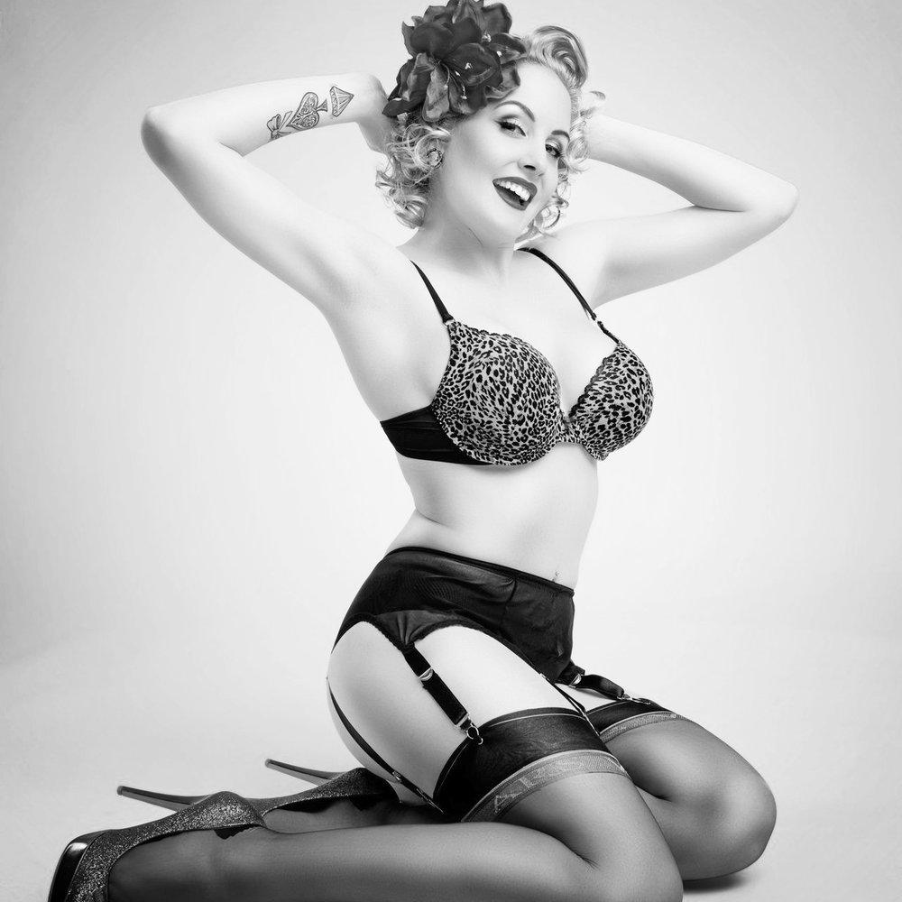 Pin Up - Als PinUp Model wurde Zoe Scarlett als einzige Europäerin in die Top 10 Weltrangliste aufgenommen. Die Strumpfmarke Ars Vivendi wurde 2010 auf Zoe Scarlett aufmerksam. Ihr ästhetisches Sex Appeal verhalf ihr seither Repräsentantin dieser angesehenen Marke zu werden - damit löste Zoe Scarlett das wohl bekannteste PinUp Model der Welt ab.