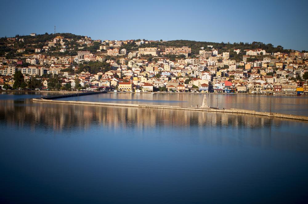 Argostoli Huvudort på ön. En riktig Grekisk stad. Ligger precis bredvid Lassi som är den stora turistorten på Kefalonia.