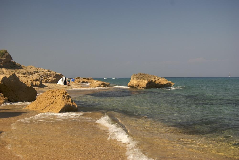 Skala Skala är främst känd för sin tre kilometer lång stenstrand med kristallklart vatten.