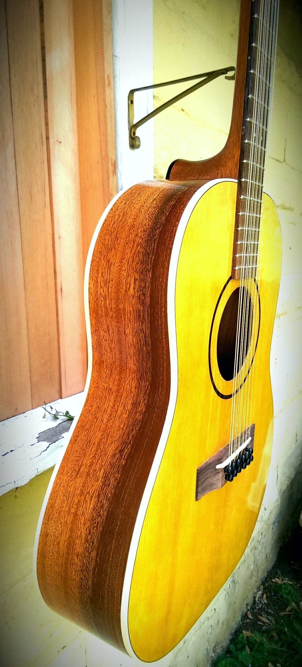 Two-tone Mahogany, Natural. Aged Toner Top, Sitka Spruce