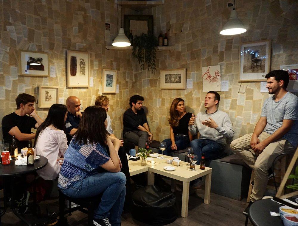 Los alumnos de oratoria de TALKK conversan en el Café Ledicia.