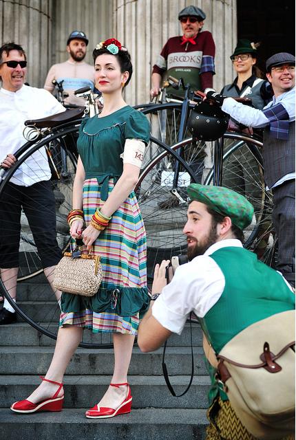 bikepretty, bike pretty, cycle style, cycle chic, bike model, girl on bike, girls on bikes, bike fashion, cute bike, vintage, tweed run, london, armband, 2011