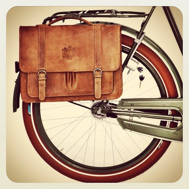 bikepretty, bike pretty, cycle style, cycle chic, leather bike bag, bike bag, pannier, bike rack, vintage, bolsa, bolsa velorbis, velornis