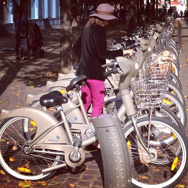 bikepretty, bike pretty, cycle style, cycle chic, bike model, girl on bike, bike fashion, bicycle fashion, bicycle fashion blog, cute bike, vintage, girls on bikes, model on bike, street style paris, velib, black velvet