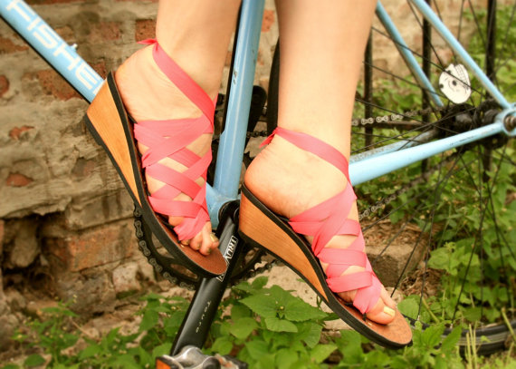 bikepretty, bike pretty, cycle style, cycle chic, bike model, cute bike, street style, bike fashion, bike in a skirt, girls on bikes, girl on a bike, bike girl, bicycle girl, cute bicycle girl, fashion girls on bikes, how to travel light, mohop, ribbon, convertible shoes