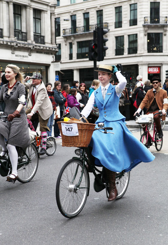 bike pretty, bike pretty, pretty bike, girls on bikes, outfit ideas, cycle style, fashion bike, bike fashion, bike chic, chic bike, bike style, girl on bike, bike lady, cycle chic, tweed run, vintage, london, mary poppins, dashing dame