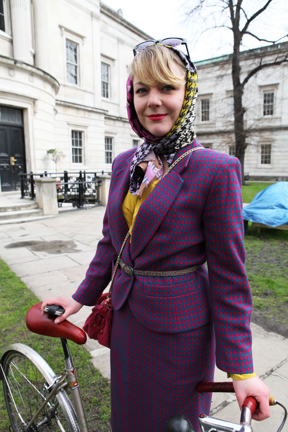 bike pretty, bike pretty, pretty bike, girls on bikes, outfit ideas, cycle style, fashion bike, bike fashion, bike chic, chic bike, bike style, girl on bike, bike lady, cycle chic, houndstooth, magenta, tweed run, vintage, london, cyclodelic