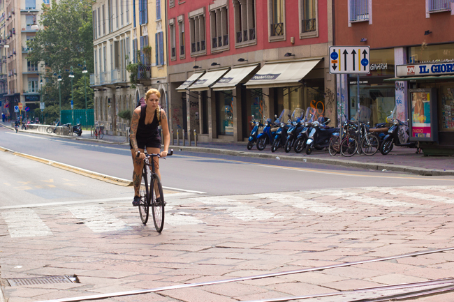 tattoo girl, milan, bike in milan, fixie, hipster, tattooed cyclist, tattoo bike, bike pretty, bikepretty, pretty bike, cycle style, fashion bike, bike fashion, bike chic, bike style, cycle chic