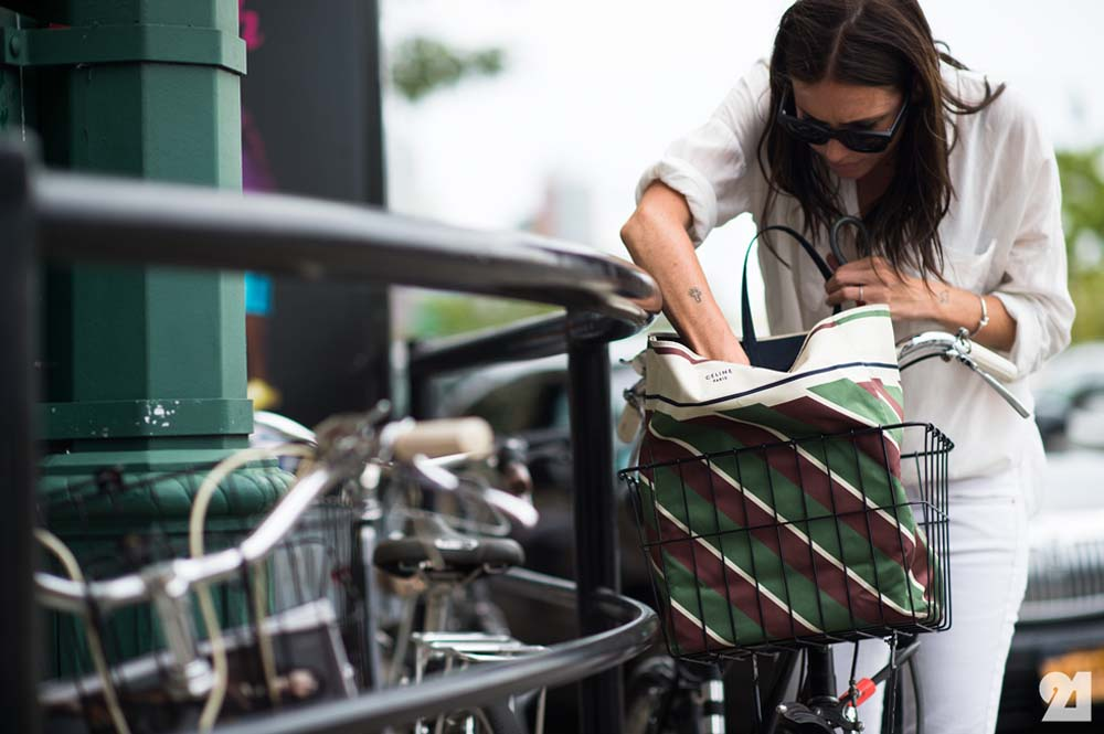 Céline tote + kryptonite flex cable = VÉLO CHIC. Photo: Adam Katz Sinding of Le 21ème, NYC.