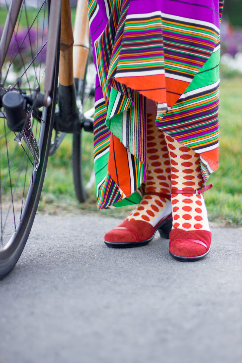 To maximize the effectiveness of this trick, it is essential to wear cute sandals, with dazzling socks. It's a very important part of the look. Polka dots count as high-viz, right?