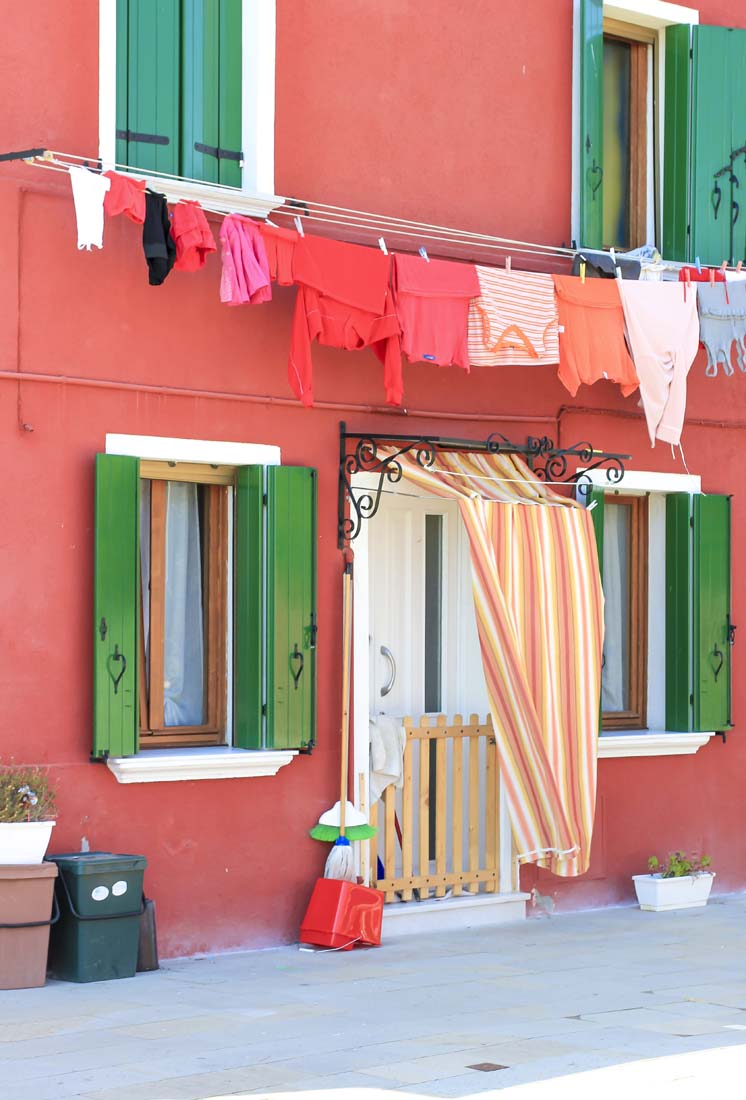 Italian grandmas take their laundry very seriously. But in Burano, it's next level: local regulations dictate that what's on the clothesline must complement the facade ;)