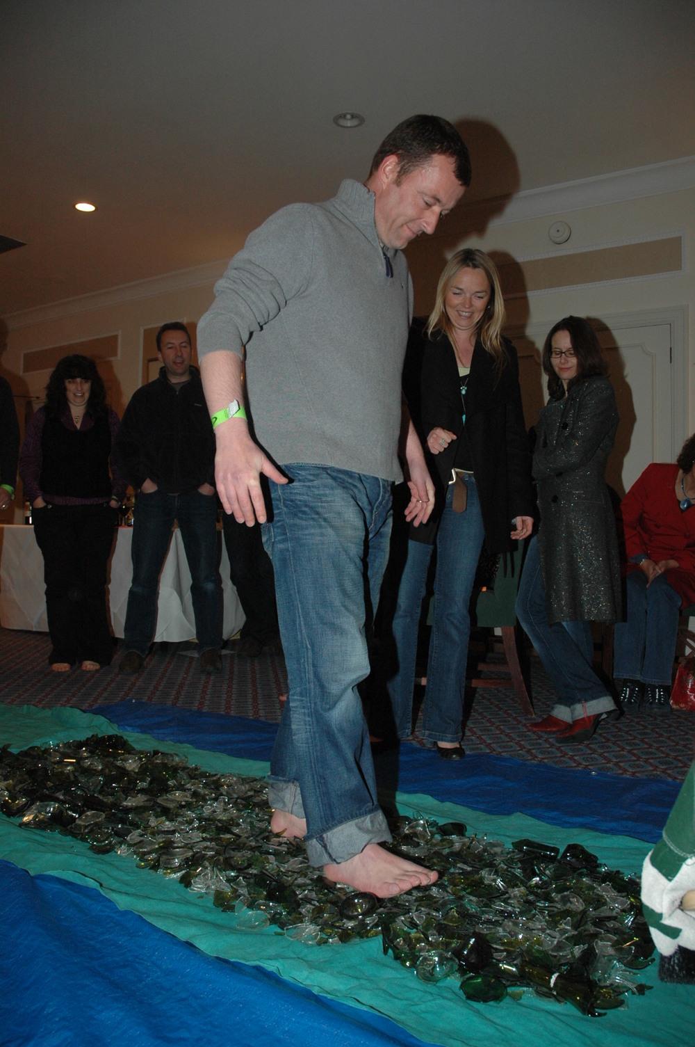 Repoussez vos limites en équipe avec la marche sur du verre brisé (glasswalk), encadrée par les magiciens professionnels du collectif les illusionnistes. Faites-le vraiment !