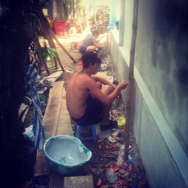 Crew hard at work painting the outside of our 2nd house. Busy little bees #vietnam #volunteer #gladiator