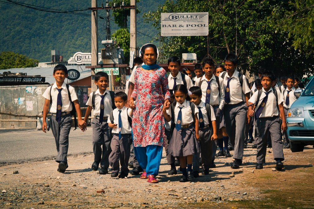 Nepalese teacher and schoolchildren in Pokhara (Dmitry A. Mottl/ Wikipedia )