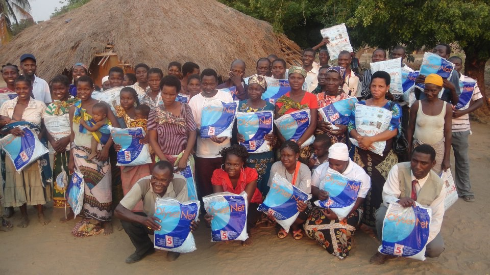Mozambican villagers receiving malaria nets (  Lutheran Church in Mozambique  )