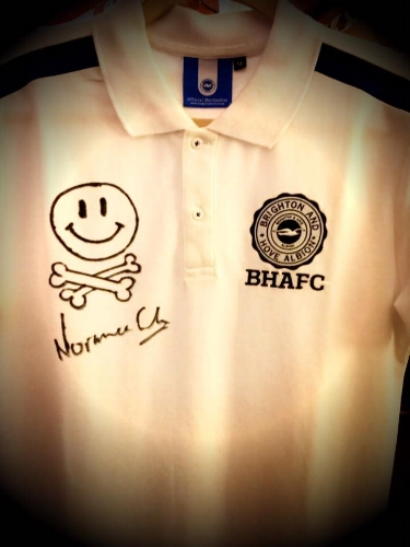 """💚Massive thank you to  Emma and her friend Marc for organising this Brighton & Hove Albion FC shirt siGNED BY NORMAN """"FATBOY SLIM"""" COOK."""