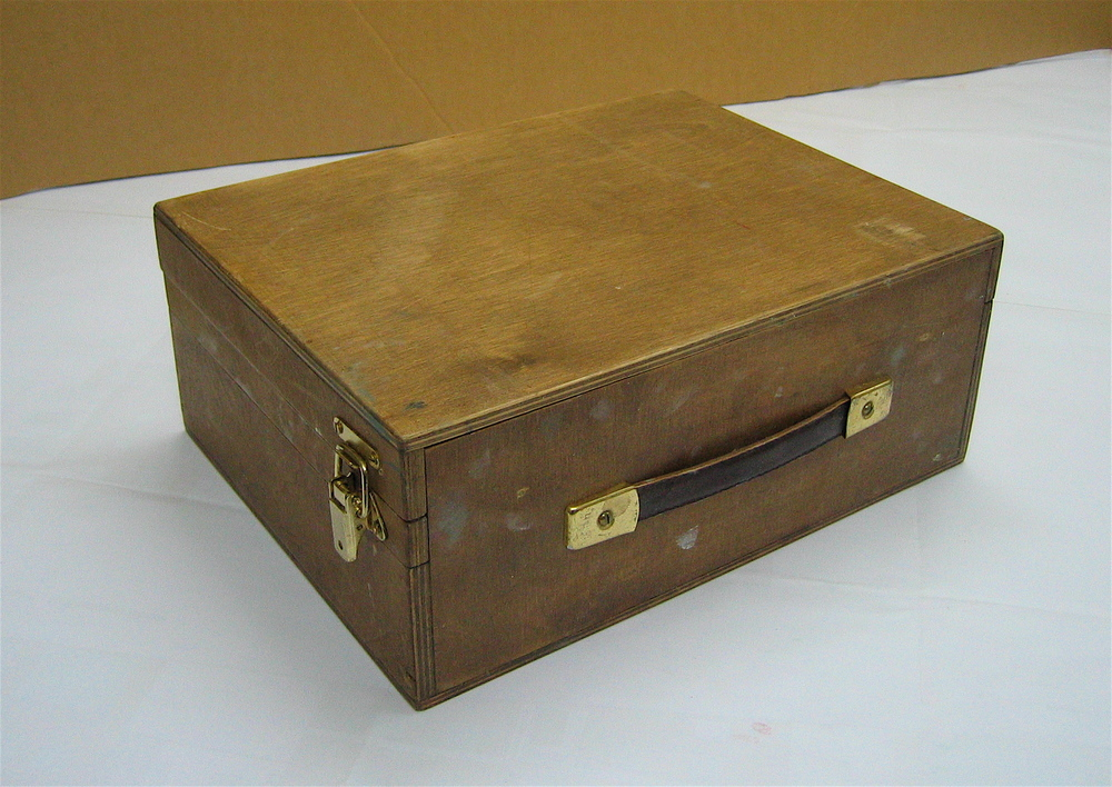 Closed box showing carrying handle