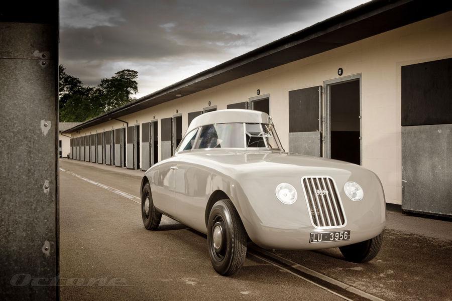 Admirez l'absence d'ouvertures sur le capot,révolutionnaire pour l'époque, ainsi que la qualité du dessin de l'habitacle, les vitres arrondies ne permettant qu'une ouverture sur l'avant du véhicule.