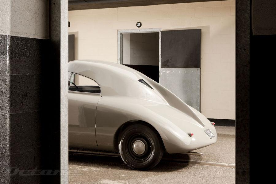 Le dessin dela poupe du véhicule avait 30 ans d'avance sur le reste de la production automobile. La dérive coupant la vitre arrière en deux améliorant la tenue de route du véhicule. On retrouve là l'influence majeure de ses études aéronautique dans ce genre de détail. Dommage que l'arrière ne dispose d'aucun ouvrant afin d'y ranger quelques bagages.
