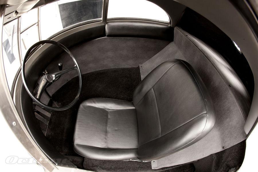"""L'habitacle du véhicule réduit à sa plus simple expression et dont le comfort devait être """"mesuré""""."""