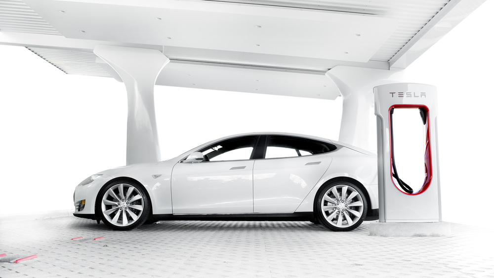 Tesla Model S raccordée à une borne SuperCharger