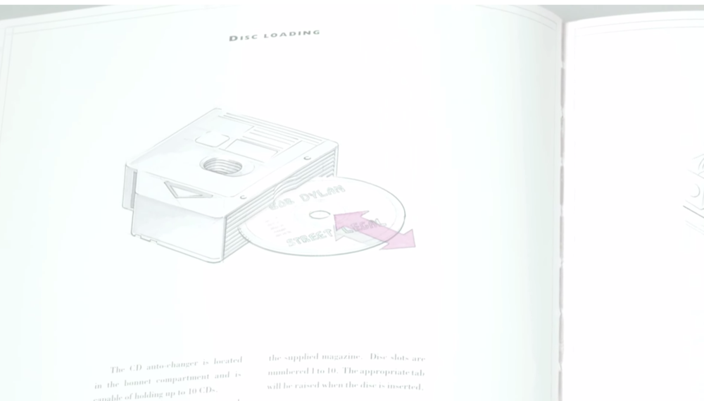 Un CD de Bob Dylan était présent dans le chargeur 10 CDs de la voiture, très Apple dans la démarche.