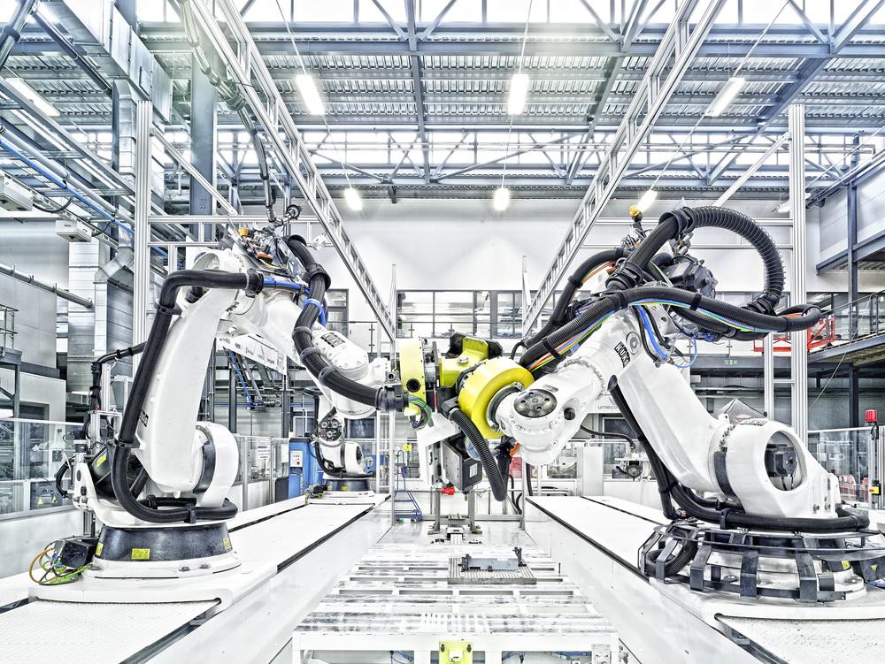 La cellule tri- robot du National Composites Center de Bristol est unique en ce qu'il permet à plusieurs bras robotisés de travailler ensemble avec un seul outil partagé pour fournir huit fois la rigidité obtenue avec un seul bras.Les robots pouvant coopérer dans des combinaisons allantjusqu'à 25 pièces jointes. Photographie: Christoffer Rudquist