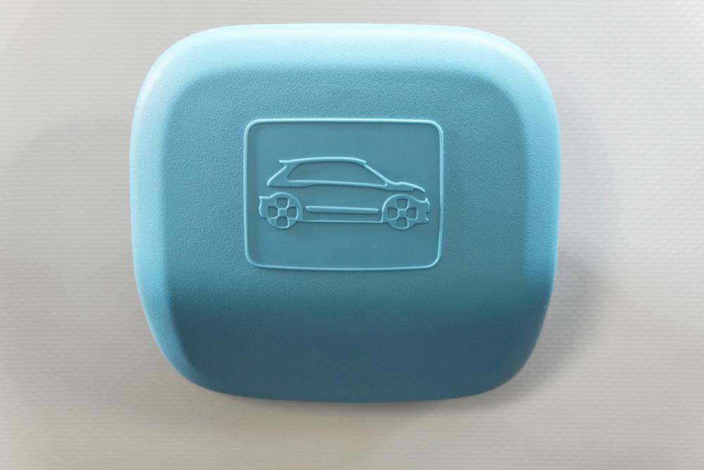 Détail de poignée intérieure arrière de la Twingo 3, sympa le logo évoquant un peu le concept Twin'Run!