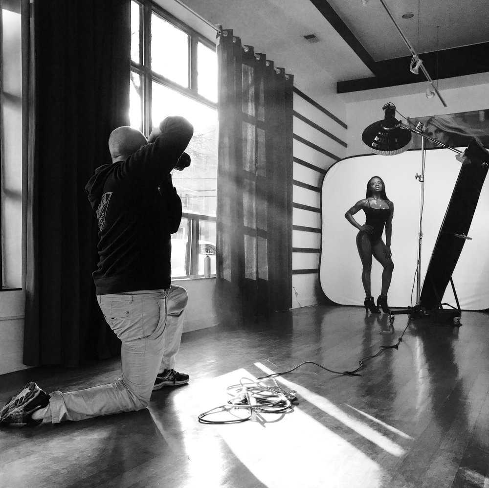 Barnaby photographing fitness model Yaa Boakye for Drop Dead Fit Magazine | www.dropdeadfit.com