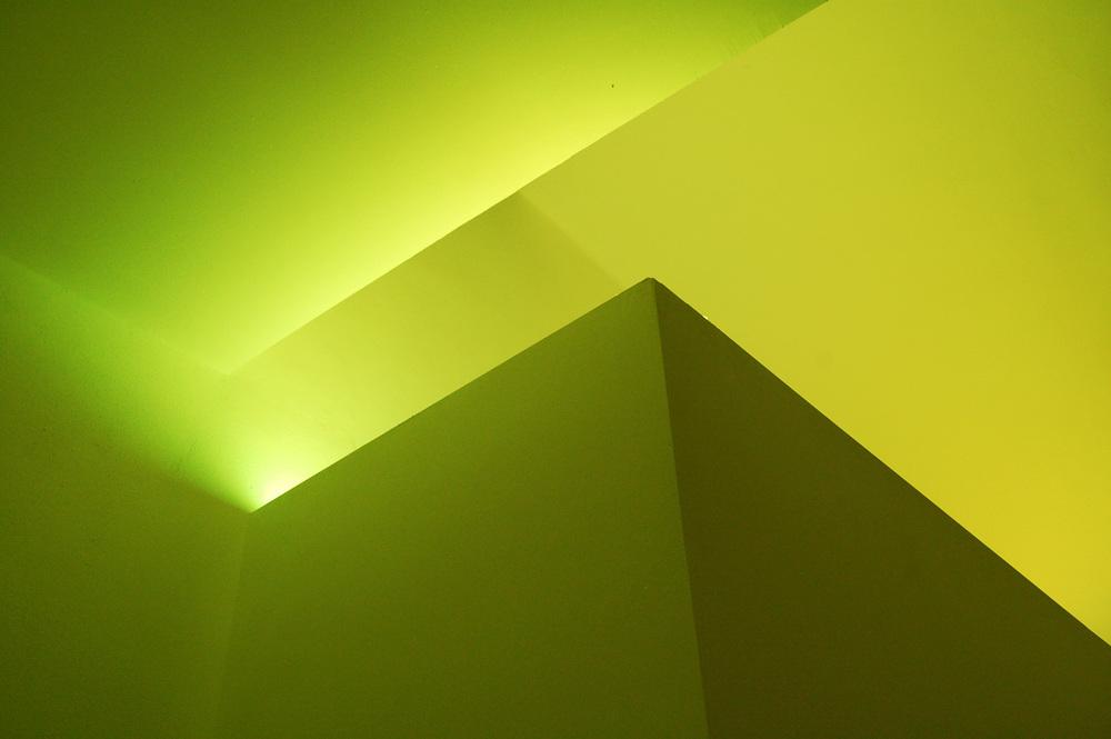 Die indirekte Beleuchtung inszeniert Körper und Räume