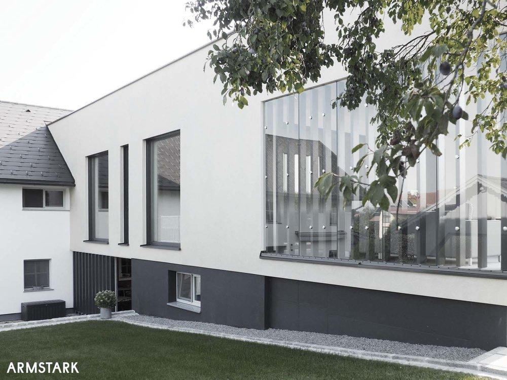 Moderne Fassade mit großen Glasflächen