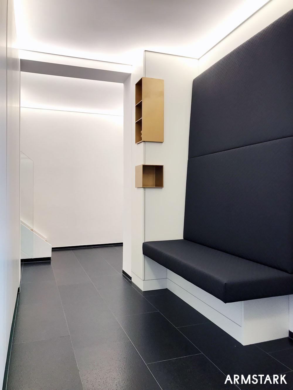 Sitzbank in Leder tapeziert sowie Einbaumöbel