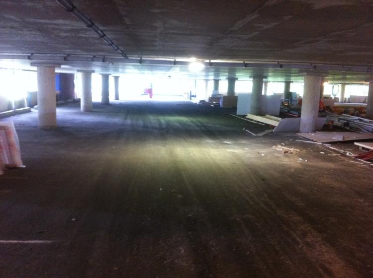 Ook deze leegstaande garage naast de studentencampus kan benut worden voor games en evenementen.