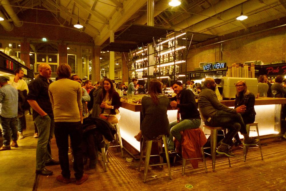 Foodhallen in De Hallen Amsterdam, waar'plaatsmaker' Andre van Stigt andere plaatsmakers een kans heeft gegeven. Credit foto zie onderaan blog.