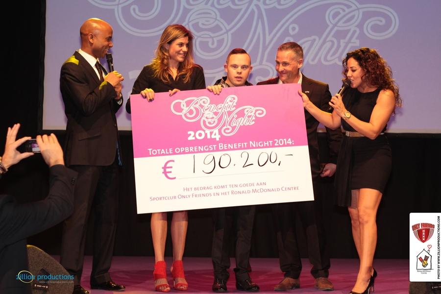 Humberto, Kim, Mark, Dennis en Aicha met de cheque van het eindbedrag