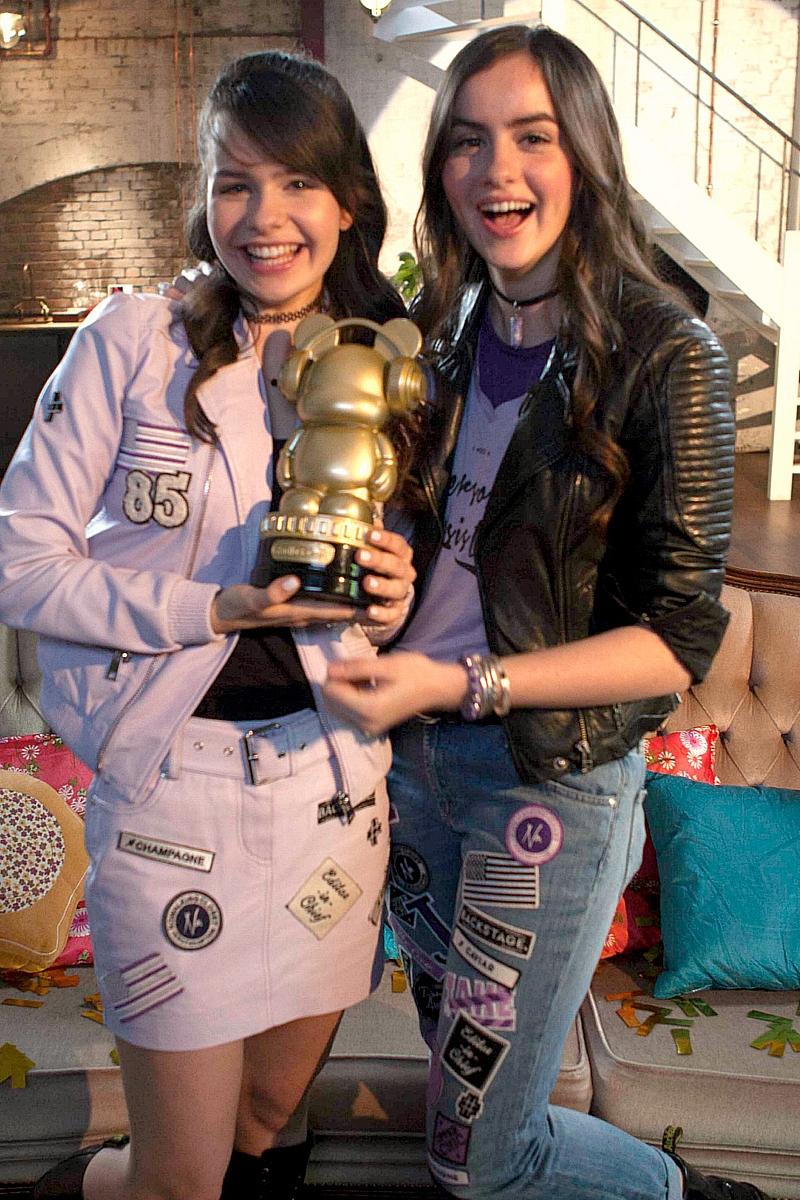 Sarah & Julia_Winnaars Radio Disney Music Award (2)b.jpg