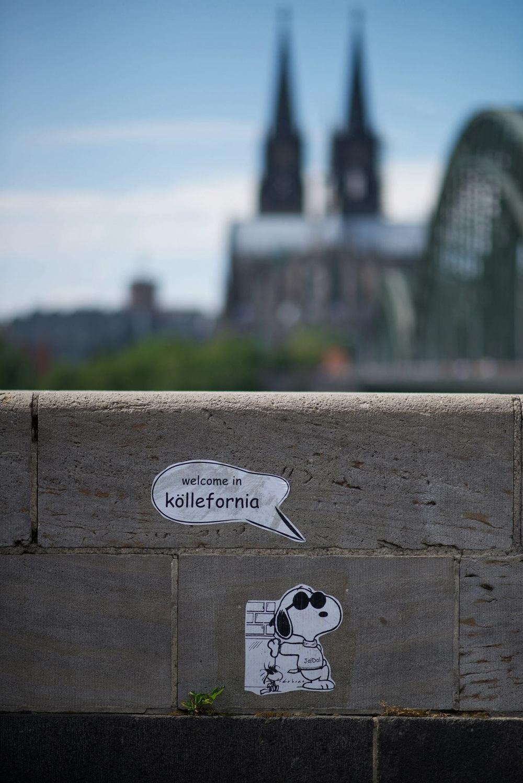 Köln mit verschwommener Kirche im Hintergrund