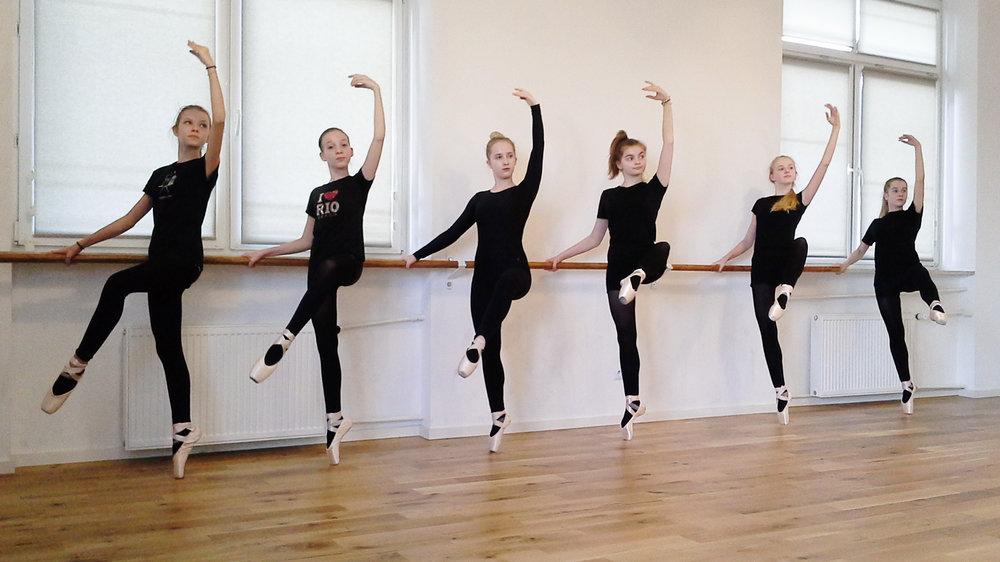 Uczennice SOB w Lublinie podczas zajec baletowych.