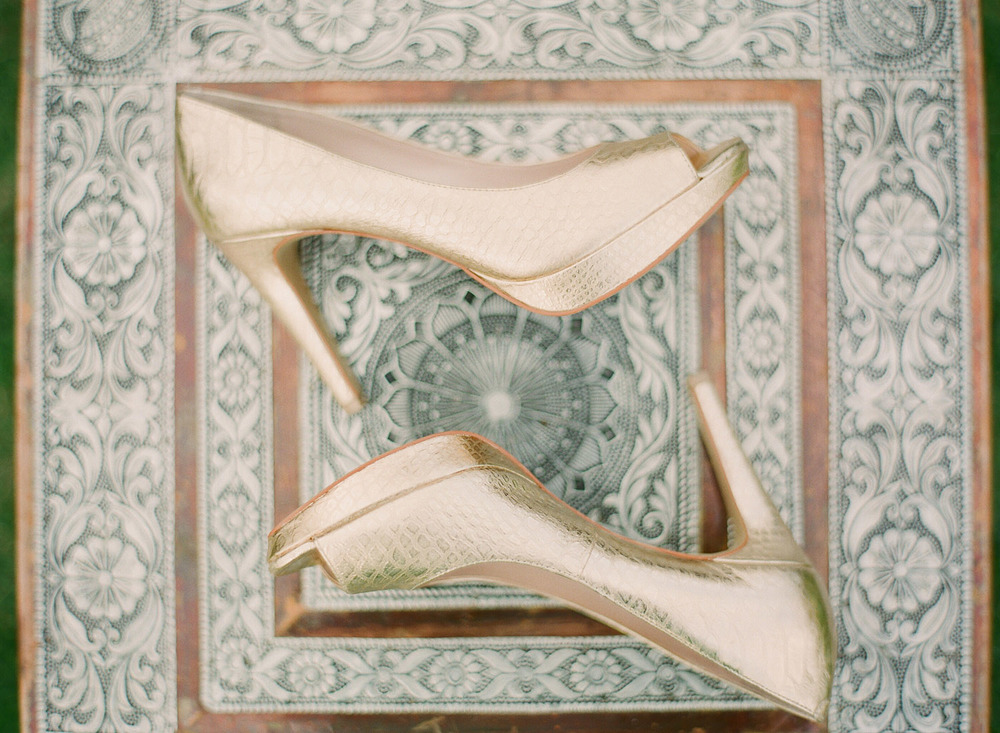 the hindu bride's gold heels for her indian wedding in palm coast florida photographed by Destination Wedding Photographer, Lexia Frank, a top indian wedding photographer who shoots film for her luxury indian weddings in india and worldwide because of it's soft skin tones and vibrant colors