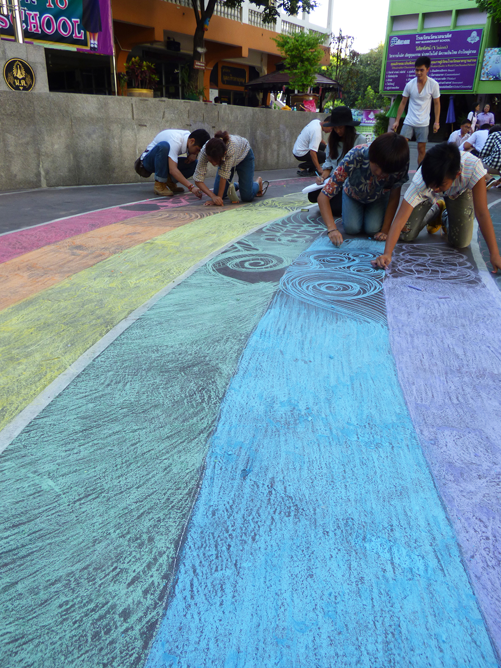 The #schoolrainbow at Wat Nuannoradit school started as usual with solid bands of coloured chalk but then got decidedly arty. Waves, patterns, even birds and a dragon filled the rest of this rainbow.  ©UNAIDS/UNESCO/H.Nhan