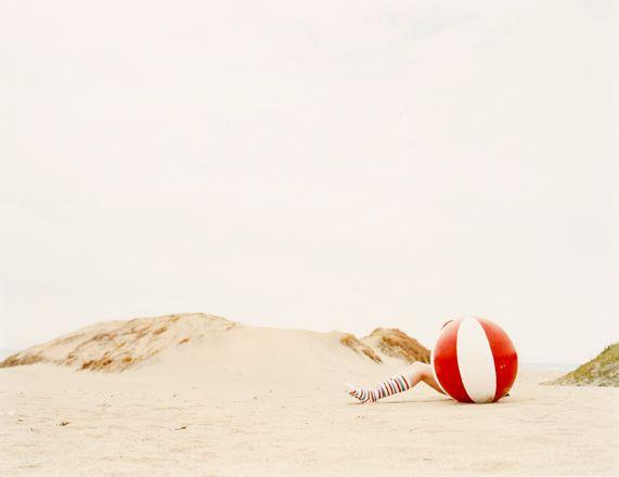 K.10 I Playa con pelota y calcetinas rojos.jpg