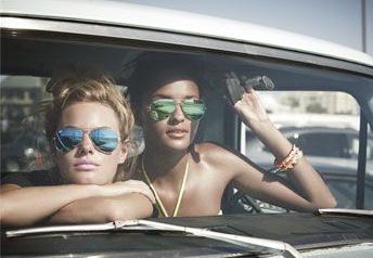 K.10 I Chicas en coche con gafas de sol.jpg