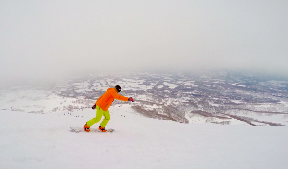 Guy @surffx carving it up in Niseko. Check out the orange jacket and bindings. Does heknow how to sync style or what!