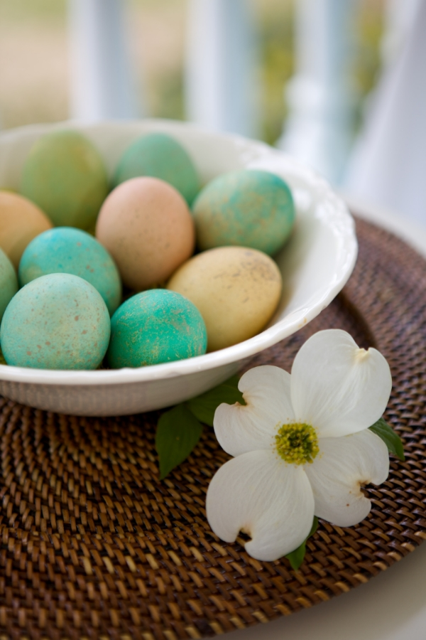 How to easily dye speckled Easter eggs. Photo credit: Arden Photography Location: The Sonnet House Leeds, Alabama