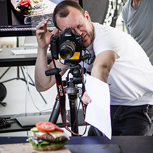 Kim Vadskær laver opspejling på burger-shoot for SMAG
